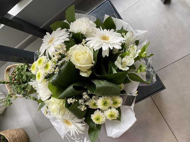 Bouquet rond avec poche d''eau img4989